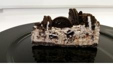 Y3K Cosmic Cookie Mousse Cake - Meilleur produit de boulangerie Yummex. Fait à partir d'ingrédients avec les 2 cookies préférés de l'Amérique : Oreos & pépites de chocolat. Essentiellement crème glacée de luxe, peut être servie réfrigérée 5 jours ambiante 1 à 2 heures. Idéal pour les banquets à volume élevé, les compagnies aériennes, les cafés qui manquent de congélateurs ou qui ont des restrictions logistiques en volume.