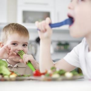 Enfants mangeant des légumes