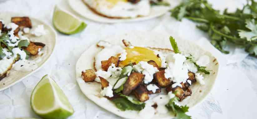 Tacos avec de la coriandre, de l'oeuf, du fromage