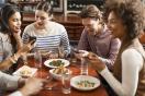 Des amis au restaurant utilisant leur smartphone
