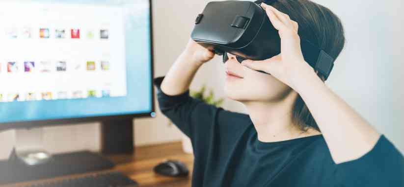 Une femme avec un casque de VR